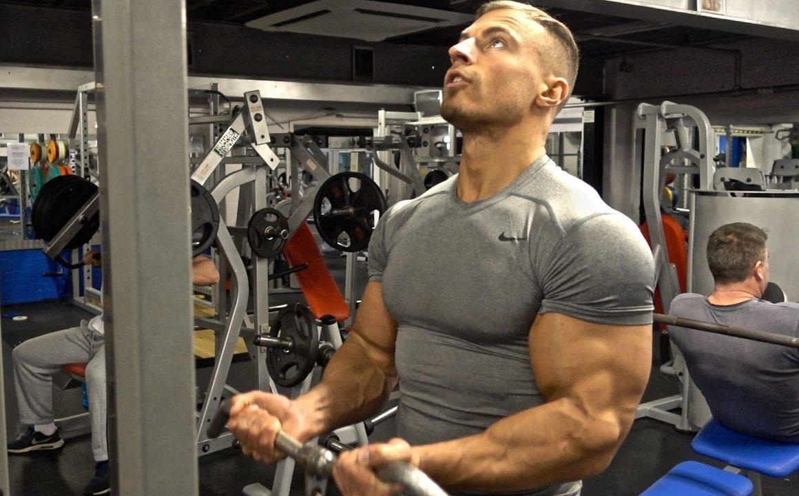 treino de bíceps e tríceps