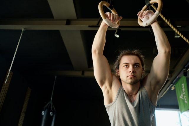 ombros-monstro-usando-bandas-elásticas